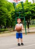 Muchacho joven que juega a baloncesto Fotografía de archivo libre de regalías