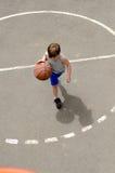 Muchacho joven que juega a baloncesto Fotos de archivo libres de regalías