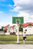 Muchacho joven que juega a baloncesto solamente foto de archivo libre de regalías