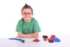 Muchacho joven que juega con la arcilla de modelado Foto de archivo libre de regalías