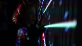 Muchacho joven que juega con la pared ligera llevada de la interacción Modelo abstracto, nuevas tecnologías, proyectos futuristas almacen de metraje de vídeo