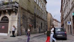 Muchacho joven que juega el violín en una esquina de calle el 26 de septiembre de 2010 en Lviv, Ucrania El centro de ciudad histó metrajes