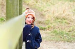 muchacho joven que juega en el parque en un día frío Foto de archivo