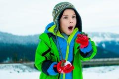 Muchacho joven que juega en la nieve Imagen de archivo libre de regalías