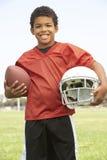 Muchacho joven que juega a fútbol americano Foto de archivo libre de regalías