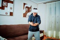 Muchacho joven que juega a los videojuegos con los vidrios 3d fotos de archivo