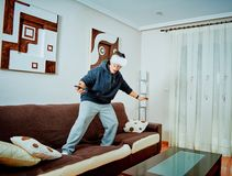 Muchacho joven que juega a los videojuegos con los vidrios 3d imagen de archivo