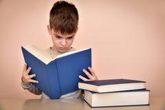 Muchacho joven que lee un libro Fotografía de archivo libre de regalías