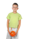 Muchacho joven que lleva a cabo un baloncesto Imagen de archivo libre de regalías
