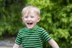 Muchacho joven que lleva un sombrero de ala en el parque Fotografía de archivo libre de regalías