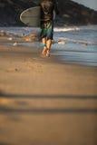 Muchacho joven que practica surf la onda Foto de archivo libre de regalías