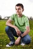 Muchacho joven que presenta al aire libre fotografía de archivo