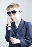 Muchacho joven que presenta como un espía Foto de archivo libre de regalías