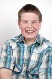 Muchacho joven que ríe hacia fuera ruidosamente Imagen de archivo libre de regalías