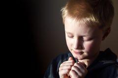 Muchacho joven que ruega Fotos de archivo