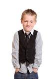 Muchacho joven que se coloca con las manos en bolsillos Foto de archivo