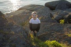 Muchacho joven que se divierte en la playa en la puesta del sol Imagen de archivo libre de regalías