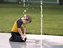 Muchacho joven que se refresca apagado Foto de archivo