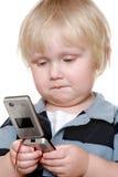 Muchacho joven que sostiene el teléfono móvil Imagen de archivo libre de regalías