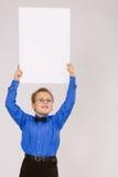 Muchacho joven que sostiene una tarjeta de publicidad vacía Imagenes de archivo