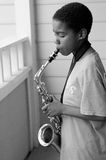 Muchacho joven que toca el saxofón imagenes de archivo