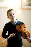 Muchacho joven que toca el violín Fotos de archivo libres de regalías