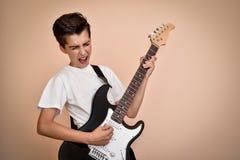 Muchacho joven que toca la guitarra eléctrica Fotos de archivo