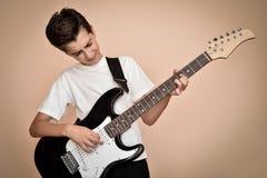 Muchacho joven que toca la guitarra eléctrica Imágenes de archivo libres de regalías