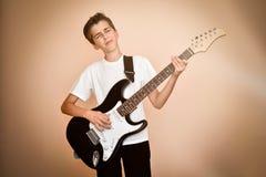 Muchacho joven que toca la guitarra eléctrica Imagen de archivo