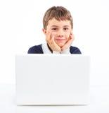 Muchacho joven que usa el ordenador portátil Imagenes de archivo