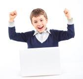 Muchacho joven que usa el ordenador portátil Fotos de archivo