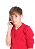 Muchacho joven que usa el teléfono celular móvil Fotos de archivo libres de regalías