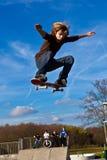 Muchacho joven que va aerotransportado con su patín Fotos de archivo
