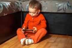 Muchacho joven serio que juega a juegos Fotos de archivo libres de regalías