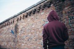 Muchacho joven solo en calle urbana Imágenes de archivo libres de regalías