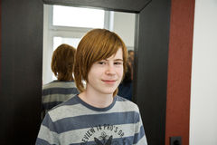 Muchacho joven sonriente con el pelo rojo Foto de archivo
