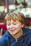 Muchacho joven sonriente con los ojos cerrados Fotos de archivo