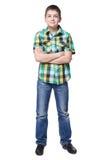 Muchacho joven sonriente en camisa y vaqueros integrales Foto de archivo