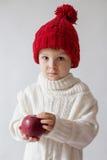 Muchacho joven, sosteniendo la manzana Imagenes de archivo