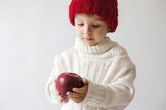 Muchacho joven, sosteniendo la manzana Foto de archivo libre de regalías