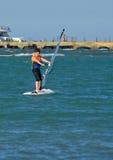Muchacho joven windsurfing y que se divierte fotografía de archivo libre de regalías