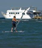 Muchacho joven windsurfing y que se divierte imagen de archivo libre de regalías
