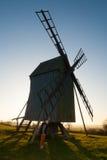 Muchacho joven y molino de viento viejo Foto de archivo