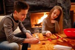 Muchacho joven y su hermana que se divierten que juega al juego Fotos de archivo libres de regalías