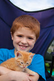 Muchacho joven y su nuevo gatito Fotografía de archivo libre de regalías