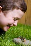 Muchacho joven y una rana Imagen de archivo