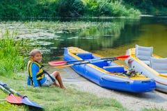 Muchacho kayaking en el río Fotos de archivo