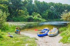 Muchacho kayaking en el río Imagenes de archivo