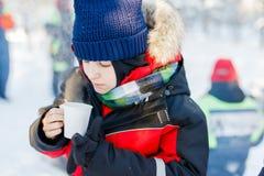 Muchacho lindo al aire libre el invierno Foto de archivo libre de regalías
