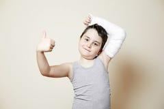 Muchacho lindo con el brazo quebrado Foto de archivo libre de regalías